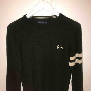 6/10 skick men bara för att den har några år på sig, fint skick med det i åtanke. Säljer nu min tidigare favorittröja då den e för liten, svinsnygg mörkgrön Gant-tröja!