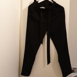 Kostymbyxor från DM retro med fickor och snörning i midjan. Sparsamt använda, fint skick. Köparen står för frakten!
