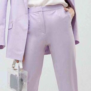 Sjukt snygga ljus lila kostymbyxor från ASOS. Säljer pga garderobs rensning. Frakt ingår ej 🦔
