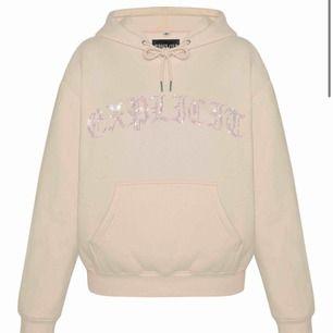 Säljer min hoodie från Hidden Cult. Den är sjukt mysig o i fint skick, ev lite nopprig men går o få bort. Är normalt em Xs men sitter lagom oversized på mig. Frakt tillkommer men kan ev tänka mej stå för halva vid snabb affär💕