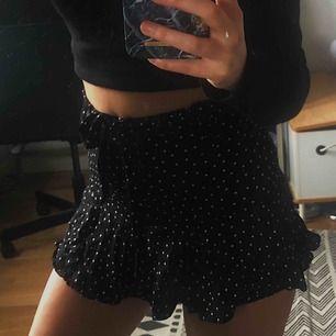 Svart/vit prickig kjol/shorts från zara. Under kjolen är det som ett par shorts, men de syns inte när man bär den. Möts helst upp i centrala stockholm, annars står köparen för frakten.