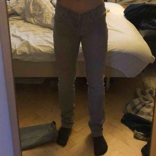 låg midjade jeans från miss anna