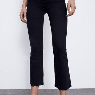 Säljer dessa jeans från zara i storlek 38 då dem är alldeles för stora. Knappt använda så bra skick, 200kr och frakten är inräknad i priset 😊
