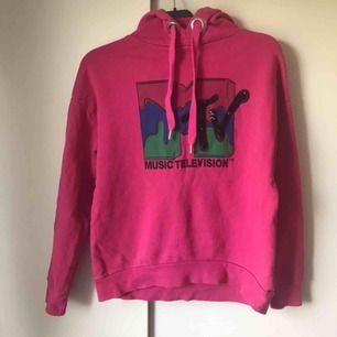 MTV hoodie köpt på Stradivarius i Italien. Står ingen storlek men passar mig som har S/M. Den svarta delen av loggan är paljetter✨
