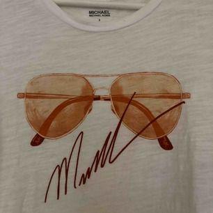 Äkta Michael kors t-shirt, fått den av en kompis vilket innebär inget kvitto där av det billiga priset.