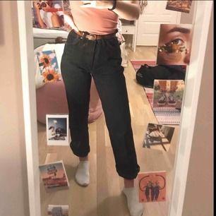 Snygga vintage Wrangler-jeans! Hög midja och rak passform. Jag har klippt av dem och på mig (160cm) når de till golvet men går att vika upp. Storlek XS-S beroende på hur man vill ha dem. De har ett litet hål i knävecket men detta kan enkelt fixas!💗💗
