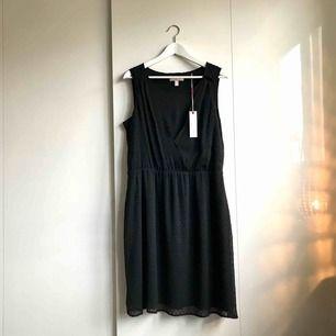 > OANVÄND <  En svart oanvänd klänning från Esprit. Små svarta diskreta prickar i tygmönstret. Nypris 699kr säljer för 80kr.    Köparen står för eventuell portokostnad.