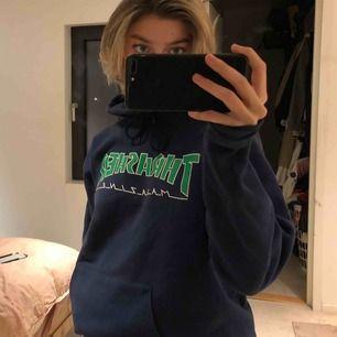 Säljer min coola thrasher hoodie men blåa och gröna färger, unisex. Passar S-L. Finns i Stockholm. Köparen står för frakt! Buda!