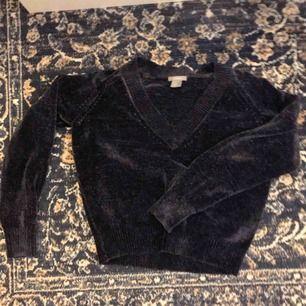 Mjuk stickad tröja från H&M! Ser lite grå/svart ut på bilderna men den är mörkblå💙 frakt tillkommer💌