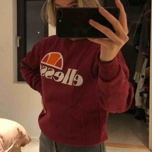 Ellesse Succisco Sweatshirt, vinröd. Super snygg och är unisex. Funkar för de flesta storlekar trots att det är en S. Finns i Stockholm. Köparen står för frakt!