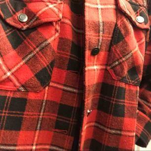Overshirt tröja i rödrutig färg. Oversize känsla i modellen, funkar att använda både som tröja och jacka. Använd endast ett fåtal gånger.