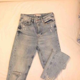 Säljer dessa snygga högmidjade jeans från Zara på grund av de är lite för korta för mig.. orange detalj runt knappen🧡 frakt tillkommer💌