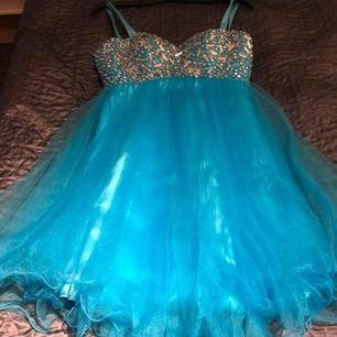 Blå klänning som är använd 1 gång!