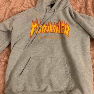 Säljer nu min fina Thrasher hoodie. Använd men är som ny! Köpt för 999kr Storlek S vilket passar typ M-L
