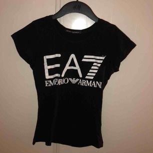 Fake Armani T-shirt svart. Frakt ingår ej