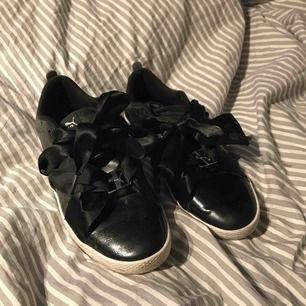 Säljer mina finaste puma suede skor. Stl 38 och de är i superfint skick!🐆 Nypris 449kr💛