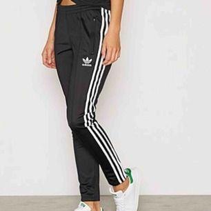 Helt nya adidas byxor som är använda max 2 gånger💫