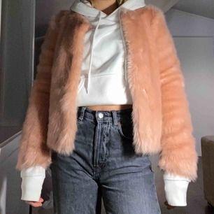 Har haft jackan i ungefär ett år men har tyvärr blivit lite för liten. Det är en rosa pälsjacka som har varit en stor favorit!   Original pris var ca 2000 kr och köpt på Two angels i Göteborg. Om ni verkligen vill ha den så kan vi diskutera prissänkning.
