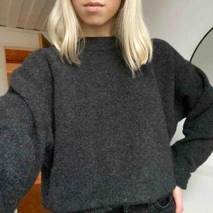 Mörkgrå, stickad tröja från h&m. Materialet är såå mysigt, värmande och skönt :)