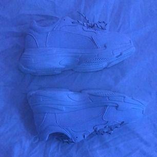 Helt nya chunky skor, passade inte mig i storlek tyvärr, passar mer i storlek 38-37. Möts upp i sthlm :)