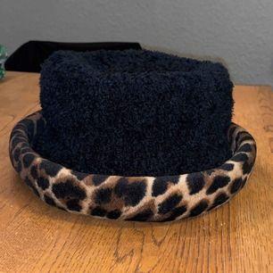 Cool vintage 90s hatt med leopardkant. Frakt 42kr.