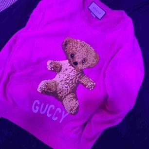 Säljer min fantastiskt fina unika ÄKTA gucci sweater. Köptes i somras. Den har blivit professionellt uppsydd så det sitter mer som en S/M.  Jag köpte den för 10 tusen kronor.  Kontakta mig vid fler frågor.  Frakt står du för.