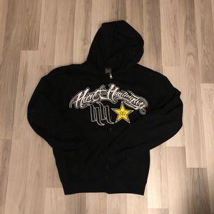 Rockstar zip hoodie size S sitter som L. As nice boxy fit om man drar upp mudden. 363kr inkl frakt då jag knappt vill sälja den och att den är