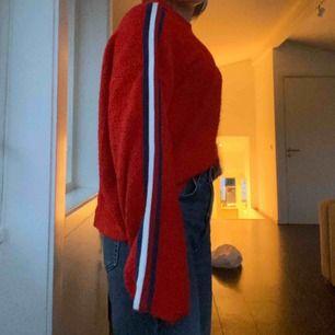 Röd stickad tröja med röd, blå, vit rand som har varit en favorit🤍