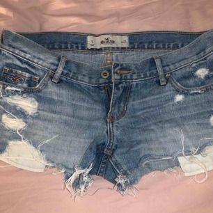 Hollister shorts, knappt använda. Storlek w/27 dvs en S ungefär. Passar perfekt nu till sommaren. Köparen står för frakt