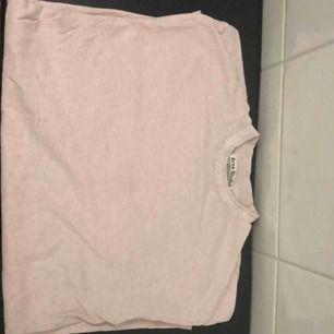 Säljer nu min fina acne t-shirt / Modell Gojina rosa med vit text runt halsen. Tröjan är i storleken Xs men passar S eller stor Xs då den är oversized. Ny pris 1800. Skicket är mycket bra