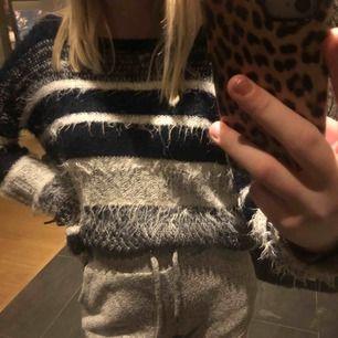 En blå och vit randig stickad tröja från Vero Moda😇✨Storlek S och vad jag vet så är det inga skador på tröjan💫😛FRI FRAKT!!☺️🙃