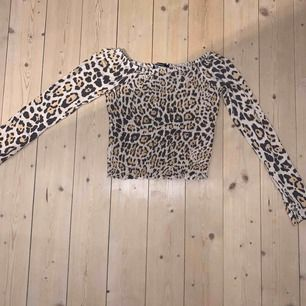 En sjukt mjuk lite croppad topp från GinaTricot i leopardmönster. Sitter tajt om både mage och armar. Den går att ha både som en off-shoulder topp och vanligt. Köpt i Helsingborg (är inte säker på hur mycket den kostade då) Skriv vid intresse!