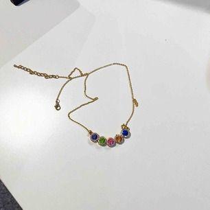 Superfint guldigt halsband med färgade stenar!💜