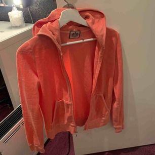 En orange/ljusrosa juicy couture huvtröja. I befintligt skick. Passar en xs till m. Finns byxor till för samma pris. För hela sättet blir det 600. Köparen står för eventuell frakt