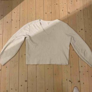 En vit/beige v-ringad tjock tröja från H&M. Super fin och skön men får tyvärr inte någon användning av den. Vet inte riktigt vad den är köpt för men 100 kr börjar jag med sen får vi se. Skriv gärna vid intresse!