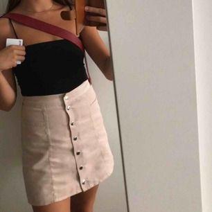 Sammetskjol från HM💗 SKITSNYGG kjol från HM som tyvärr är för liten😭 Frakt kan tillkomma.
