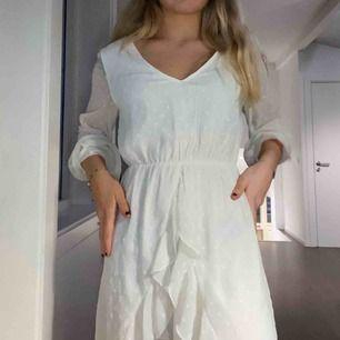 Jättefin vit klänning från Gina Tricot🤍 V-ringad klänning med volanger.