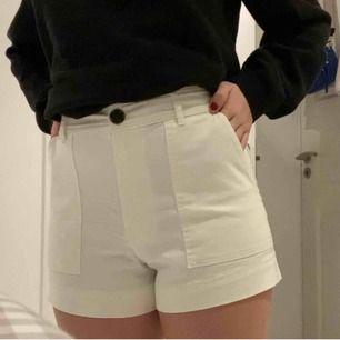 Vita kostymshorts från HM😍 Sjukt snygga shorts med brun knapp som är en jättesnygg detalj! Frakt kan tillkomma