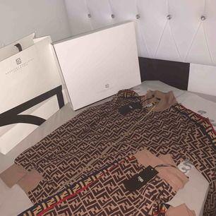 Säljer en jätte fin Fendi dress som passar båda damer och herrar den är äkta och säljer den med ni lådan och påse