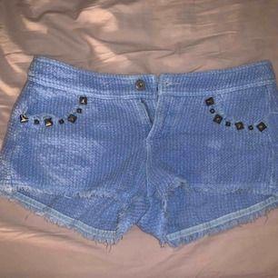 Ett par jättegulliga blå lite Manchester tyg aktiga shorts. Bra skick, passar xs-m. Köparen står för frakt