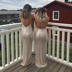 Säljer min super fina balklänning! 😍 Känningen är endast använd i 3/4 timmar så den är som ny. Nypris 1000kr