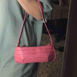 En jättefin rosa väska i croco -print, 90 tals inspirerad. Jättetrendig, oanvänd💕