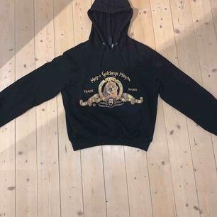 Super cool hoodie från H&M i svart. Hoodien har ett coolt tryck på magen och guldiga detaljer. Knappt använd alltså jätte bra skick! Köpt i England för ca 200 kr (vet inte exakt hur mycket den kostade) hör av er!💕