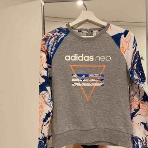 Sweatshirt från ADIDAS 💙🤍🧡 Frakt kan tillkomma.