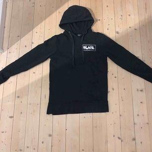 En svart hoodie med tryck på ryggen och bröstet. Köpt på lager 157 (killavdelningen) Den är lite oversized och jätte fin! Den har en dragkedja på ena sidan fast längst ner som jag brukar vika in så att det inte syns💕