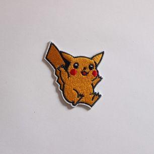 Sött pikachu tygmärke! 15kr +11kr frakt. Se gärna mina övriga annonser med klistermärke och tygmärken, samfraktar såklart!