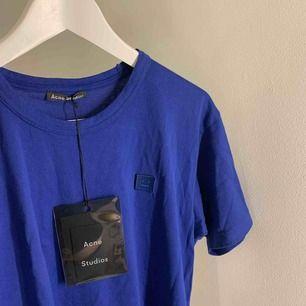 Blå t-shirt från acne i storlek S! Har använt den kanske 5 gånger.