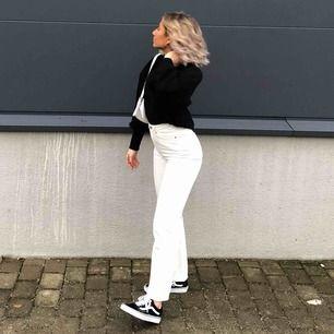 """Säljer dessa populära vita jeansen i modellen """"rowe"""" från Weekday som är slutsålda på hemsidan, använda en gång! Köpare står för frakt. Jag är ca 165 cm 💞💞"""