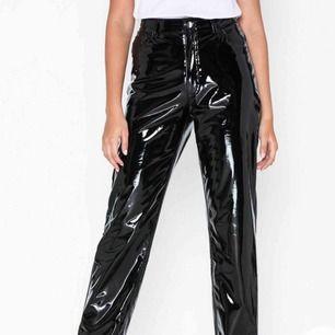Säljer ett par straight vinyl pants från Nelly i strl 38 då de är för stora i midjan på mig. Byxorna är endast provade och lapp sitter kvar.