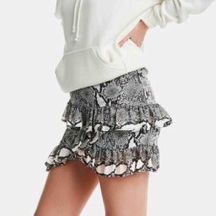Sjukt snygg kjol i ormskinn! Köpt från bikbok för 399kr! Knappt använd så därför i nyskick! Frakt tillkommer på 40kr🥰